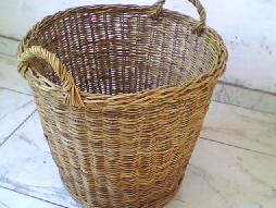 água em cesto de junco